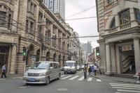 上海の道路を走る車