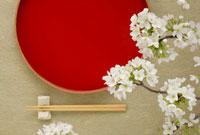 赤い盆と箸と桜の花 11070000674| 写真素材・ストックフォト・画像・イラスト素材|アマナイメージズ