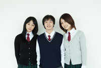 制服姿の学生 男女3人