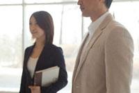 スーツ姿の男女2人 11070000984| 写真素材・ストックフォト・画像・イラスト素材|アマナイメージズ