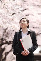 新入社員女性と桜