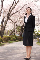 新入社員女性と桜 11070001424| 写真素材・ストックフォト・画像・イラスト素材|アマナイメージズ