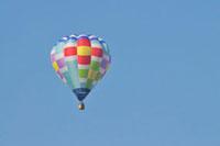 青空を飛ぶ熱気球