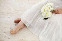 白い花を持つ裸足の女性 11070002921| 写真素材・ストックフォト・画像・イラスト素材|アマナイメージズ
