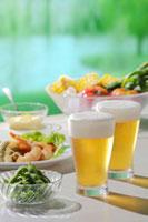 ビールのある食卓 11070003099| 写真素材・ストックフォト・画像・イラスト素材|アマナイメージズ