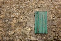 石壁の小さな木扉