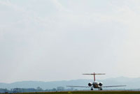飛行場の飛行機 11070003659| 写真素材・ストックフォト・画像・イラスト素材|アマナイメージズ