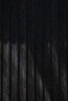 黒い木の壁