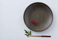丸皿と南天の実と箸 11070003941| 写真素材・ストックフォト・画像・イラスト素材|アマナイメージズ
