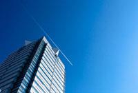 見上げたビルと青空