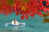 紅葉とボート 11070005314| 写真素材・ストックフォト・画像・イラスト素材|アマナイメージズ