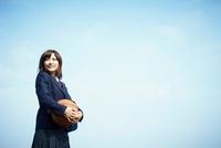 バスケットボールを持つ女子学生 11070007074| 写真素材・ストックフォト・画像・イラスト素材|アマナイメージズ