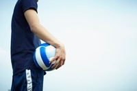 バレーボールを持つ男性