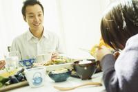 食事をする男の子と父親