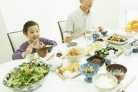 食事をする女の子と父親