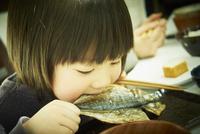 アジの開きを食べる男の子