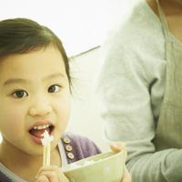 食事をする女の子と母親