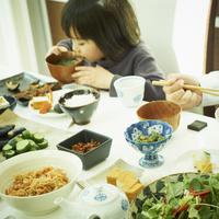 食事をする男の子と父親の手元