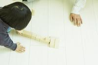 積み木で遊ぶ男の子と父親の手元