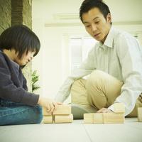 積み木で遊ぶ男の子と父親