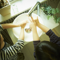手を洗う2人の子供