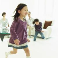 リビングルームを走る女の子とソファに座るファミリー 11070008820| 写真素材・ストックフォト・画像・イラスト素材|アマナイメージズ