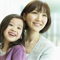 女の子を抱く母親 11070008821| 写真素材・ストックフォト・画像・イラスト素材|アマナイメージズ
