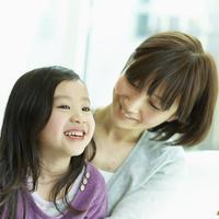 女の子を抱く母親