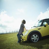 車と女性 11070009074| 写真素材・ストックフォト・画像・イラスト素材|アマナイメージズ