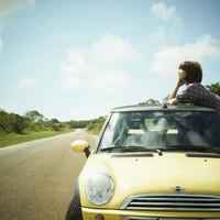 車と女性 11070009086| 写真素材・ストックフォト・画像・イラスト素材|アマナイメージズ