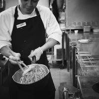 厨房で調理をする店員 11070009245| 写真素材・ストックフォト・画像・イラスト素材|アマナイメージズ