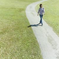 小道を歩く女性