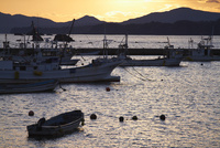 漁港と夕焼け 11070009646| 写真素材・ストックフォト・画像・イラスト素材|アマナイメージズ