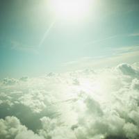 見下ろす雲と太陽