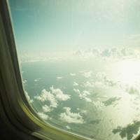 飛行機の窓から見える雲