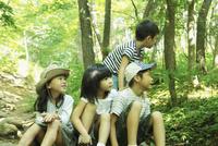 森の中に座る4人の子供達