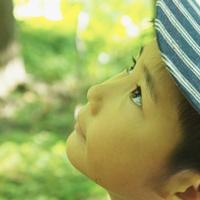 見上げる男の子 11070009951| 写真素材・ストックフォト・画像・イラスト素材|アマナイメージズ