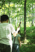 森の中を歩く2人の男の子 11070009954| 写真素材・ストックフォト・画像・イラスト素材|アマナイメージズ