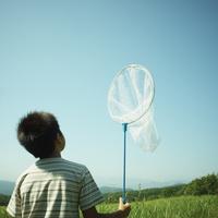 捕虫網を持った男の子 11070009968| 写真素材・ストックフォト・画像・イラスト素材|アマナイメージズ
