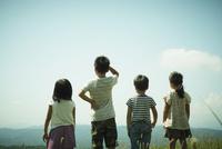 4人の子供達の後姿 11070009973| 写真素材・ストックフォト・画像・イラスト素材|アマナイメージズ