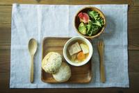 ポトフとパンとサラダ