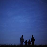 夜空と浴衣のファミリーのシルエット 11070010335| 写真素材・ストックフォト・画像・イラスト素材|アマナイメージズ