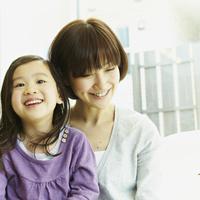 笑顔の女の子と母親 11070010352| 写真素材・ストックフォト・画像・イラスト素材|アマナイメージズ