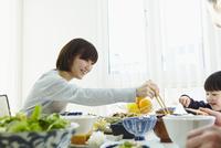食事をする男の子と母親