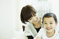 笑顔の女の子と母親