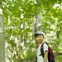 リュックサックを背負った男の子 11070010407| 写真素材・ストックフォト・画像・イラスト素材|アマナイメージズ