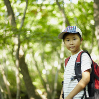 リュックサックを背負った男の子 11070010409| 写真素材・ストックフォト・画像・イラスト素材|アマナイメージズ