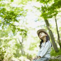 木々を見上げる女の子 11070010413| 写真素材・ストックフォト・画像・イラスト素材|アマナイメージズ
