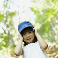 帽子を被った女の子 11070010420| 写真素材・ストックフォト・画像・イラスト素材|アマナイメージズ