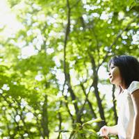 遠くを眺める女の子 11070010423| 写真素材・ストックフォト・画像・イラスト素材|アマナイメージズ